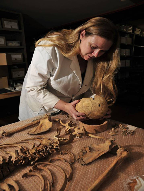 Jo Buckberry with the female skeleton from Stirling